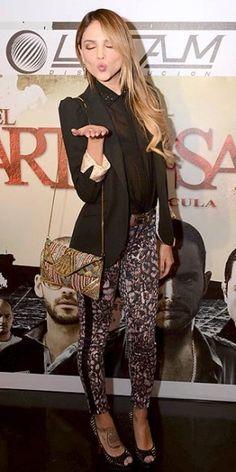 EIZA GONZÁLEZ    Con unos pantalones estampados, un top y chaqueta en negro y zapatos peep toes, la actriz de Amores verdaderos (Univisión) lució muy chic en la alfombra del estreno de la película El cartel de los sapos en la Ciudad de México.