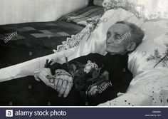 death, dead bodies, body of an old woman, layed out in her room, Germany, 20th century, historic, historical, rosary, rosaries, Stock Photo