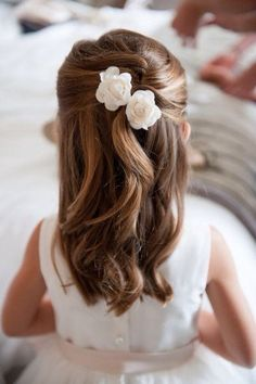 frisuren the hairstyle of a little princess with two flowers in her hair - girl hairstyles Wedding D Little Girl Wedding Hairstyles, Simple Wedding Hairstyles, Flower Girl Hairstyles, Hairstyle Wedding, Bridesmaid Hairstyles, 2015 Hairstyles, Trendy Hairstyles, Childrens Hairstyles, Cool Girl Hairstyles