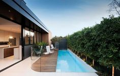 Moderner Pool im Garten - schmal, aber lang