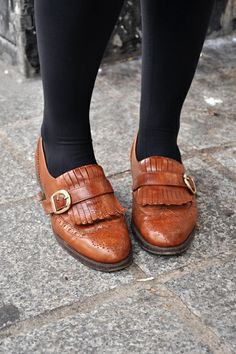 loafers and tights Cute Pumps, Cute Sandals, Cute Shoes, Me Too Shoes, Shoes Sandals, Heels, Gold Fashion, Fashion Spring, Style Fashion