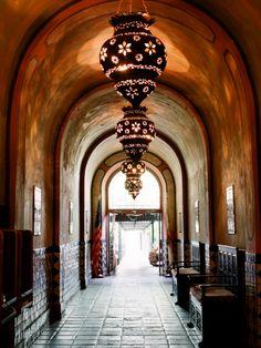 hallway inspiration.................lanterns, maar alleen als je een hele hoge hal hebt