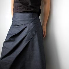 Triple fold skirt by Kirsten Johnstone. She has an etsy store… check out when she's back from vacation! Fashion Moda, Diy Fashion, Womens Fashion, Fashion Design, Diy Clothing, Sewing Clothes, Ärmelloser Mantel, Moda Chic, Couture Sewing