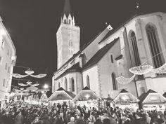 Hier ein historisches Bild von Leuten ohne Maske & Mindestabstand am Villacher Adventmarkt 2019.. das waren noch wilde Zeiten! 😱😉 Eine besinnliche, etwas ruhigere Vorweihnachtszeit wünschen wir euch ohnehin 🎄🎁 Wir freuen uns schon darauf auf wieder mit dabei zu sein! #palais26villach #stayinstyle #villach #advent #adventmarkt #weihnachten #vorweihnachtszeit #weihnachtsmarkt #hauptplatz #throwback #takemeback #hotel #stadtleben #wildezeiten Advent, Wilde, Villach, Old Town, Christmas Music, City Life, Historical Pictures