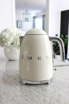 Smeg kettle in white cream