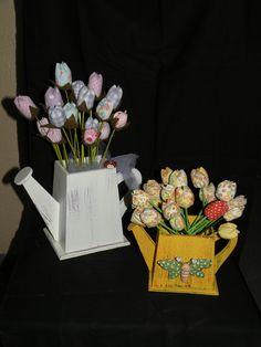 Vasos com tulipas de tecido