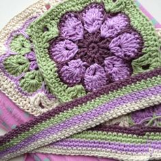 African flower square tutorial in Dutch. With link to a video tutorial in English and the German tutorial. How to turn the flower into a square.