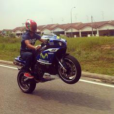 yamaha R1 movistar wheelie with red shoei helmet. #yamaha #R1 #motogp #shoeihelmet #wheeliewednesday #malaysia