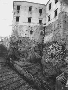ΟΙ ΤΟΥΡΚΙΚΕΣ ΦΥΛΑΚΕΣ (Φωτογραφία G.Gerola, 1903). Χτισμένο στη θέση της βόρειας πυλίδας του βυζαντινού (και πρώιμου Βενετσιάνικου) τείχους των Χανιών και κοντά στο Οθωμανικό Διοικητήριο (Κονάκι), το εντυπωσιακό κτήριο των φυλακών, δίπλα σε αυτό των Στρατώνων της ίδιας εποχής, σώζεται σε άριστη κατάσταση. Creative Christmas Trees, Old Maps, Vintage Photos, Mount Rushmore, The Past, Mountains, History, Travel, Crete