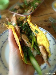 Gul Madpandekage med soyastegt kylling: Kylling skåret i mindre stykker og stegt på panden sammen med fintsnittede asparges i godt med kokosolie og soja. Med soja mener jeg naturligvis Tamari, som er glutenfri.
