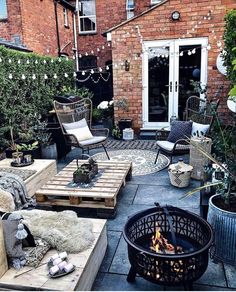 Terraced house patio ideas and terraced paver patio. See more ideas about Patio, Backyard and Outdoor gardens. Back Gardens, Outdoor Gardens, Outdoor Spaces, Outdoor Living, Rustic Outdoor Decor, Balkon Design, Backyard Patio Designs, Patio Ideas, Garden Inspiration