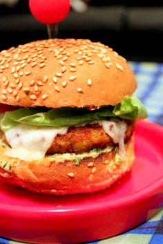 pao_gergelim_siri Wrap Sandwiches, Burger Recipes, Food Truck, Finger Foods, Tapas, Hamburger, Hot, Buffet, Food Porn