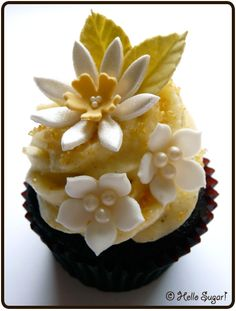 One of the most beautiful cupcakes I've seen- it's very basically some vanilla frosting and some beautiful sugar crafted decorations. Flowers Cupcakes, Pretty Cupcakes, Beautiful Cupcakes, Yummy Cupcakes, Daisy Cupcakes, Floral Cupcakes, Cupcake Wars, Cupcake Cookies, Fancy Cakes