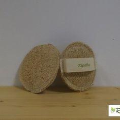 DISCHETTO ROTONDO: E' consigliato per effettuare massaggi di trattamenti contro la cellulite, poiché stimolando la circolazione sanguigna rende la pelle più recettiva, è utilizzabile come spugna sotto la doccia o durante il bagno. La manopola è creata con la Zucca Luffa Cylindrica e cucita a mano con cotone naturale al 100%, è completata da una fascia in cotone naturale che ne agevola l'utilizzo sul corpo; tutto biodegradabile. http://linearipalta.com/prodotto/dischetto-corpo-rotondo/