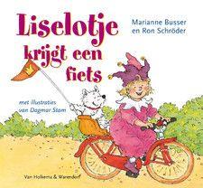 Liselotje krijgt een fiets Omschrijving: Liselotje en de koning krijgen allebei een fiets. Een echte. Met zijwielen en een vlag. Liselotje krijgt een rode fiets en de koning een blauwe. Als het fietsen lukt mogen ze het zonder zijwieltjes proberen. Of dat goed gaat...? Een vrolijk voorleesboek over fietsen!