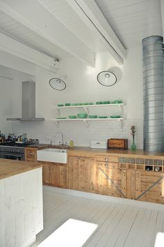 Kitchen in white + natural wood with open shelving