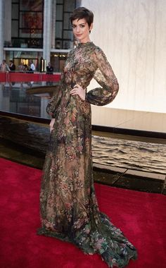 Anne Hathaway working it at the New York City Ballet Fall Gala. She looks stunning!! (Ten Best Dressed — In Full Bloom)