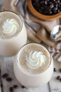 Vanilla Latte Protein Smoothie - A healthy protein-packed smoothie filled with the flavors of coffee and vanilla. Protein Shake Recipes, Easy Smoothie Recipes, Easy Smoothies, Veggie Smoothies, Green Smoothies, Protein Shakes, Healthy Shakes, Healthy Drinks, Healthy Protein