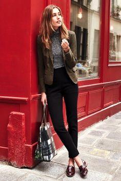 Chica usando mocasines con leggings negros y blazer café