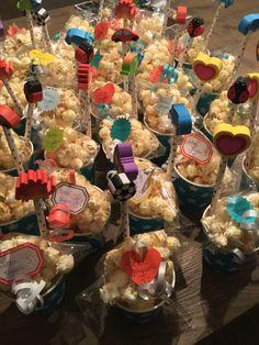 Leuke school traktatie... Popcorn in cellofaan folie ( Action) bekertjes,stickertjes,lintjes en uitdeel kado'tjes (Hema) Makkelijk, goedkoop en ziet er ook nog eens gezellig uit!