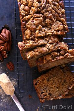 Maple Pecan Banana Bread - maple banana bread with maple pecan streusel topping, the perfect fall quick bread!