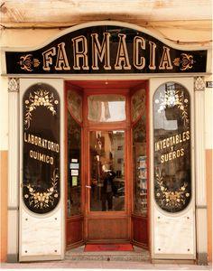Las farmacias antiguas guardan una aura especial. ¡Nos gustan! #farmacia #pharmacy