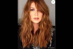 Marina Ruy Barbosa mudou o visual e aderiu a uma franja lateral e repicou o cabelo