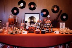 La boda de X I: Una mesa de dulces con mucho rock
