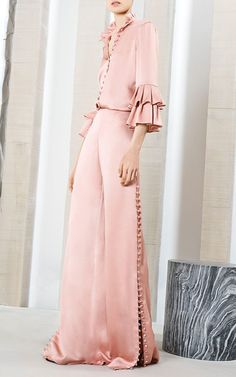 From short and cinched to lean and languid, this Miami label (a family affair designed by mother-daughter duo Ana and Alexis Barbara) delivers flirty pieces Vestidos Para Baby Shower, Monochrome Outfit, Whimsical Fashion, Milan Fashion Weeks, Types Of Sleeves, Couture Fashion, Pretty Dresses, Beautiful Outfits, Dress Skirt