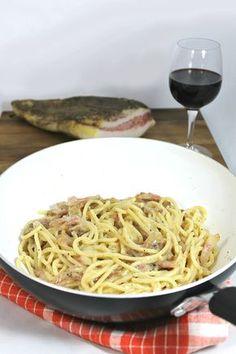 Pâtes à la Gricia - guanciale (ou pancetta) et pecorino - pasta alla gricia… Italian Pasta, Italian Dishes, Italian Recipes, Penne, Rigatoni, Food N, Food And Drink, Roman Food, Spaghetti