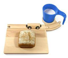 Blauw - Ontbijtset bestaande uit een broodplank met spoor, een onderzetter met spoor, een beker die fungeert als spoortunnel en een houten treintje. Vul de set aan met eigen spoorrails en treintjes/wagonnetjes en bouw zo een ontbijt spoorbaan. Past op elk bestaand merk van houten treintjes.  Afmetingen: 17x23 cm (broodplankje)