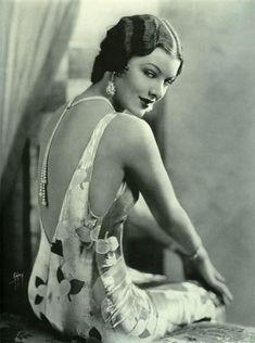 1930 Era Classic Myrna Loy-estilo-blanco y negro impresión Vintage Glamour, Glamour Hollywoodien, Vintage Beauty, Vintage Fashion, Fashion 1920s, Vogue Fashion, Vintage Makeup, Fashion 2018, Fashion Brands