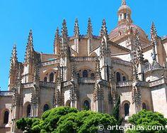 """Catedral de Segovia (Espana) Llamada la """"Dama de las Catedrales"""" la Catedral de Segovia fue construida entre 1525 y 1577, para sustituir el templo románico semidestruido en las guerras de las comunidades.  Por tanto es, junto a la catedral nueva de Salamanca, la muestra del gótico más tardía de la arquitectura española."""