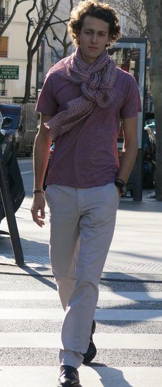 Paul, parisien, créateur de start-up ne sort jamais sans son écharpe même en été.