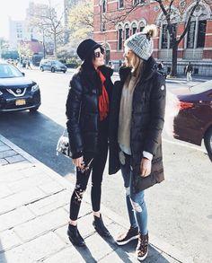 Eu e minha irmã, curtindo NY! Meu look de casacão, malha, jeans, gorro e tênis de oncinha