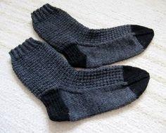 Ulla 01/11 - Ohjeet/Artikkelit - Herrasmiehen harmaat Crochet Socks, Knitting Socks, Knit Crochet, Knit Socks, Knitting Patterns, Slippers, Crocheting, Men, Fashion