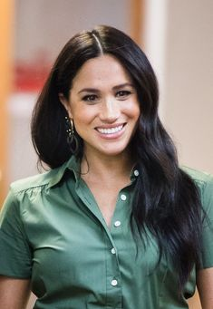 The Duchess of Sussex Visits Action Aid — Royal Portraits Gallery Meghan Markle Suits, Meghan Markle Hair, Meghan Markle Style, Prince Harry Et Meghan, Princess Meghan, Princess Diana, Duchess Kate, Duke And Duchess, Sussex