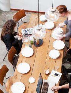 proeven, eten, aan tafel! Met wit servies heb je de perfecte basis voor op tafel en in de keuken. #vtwonen #vtwonencollectie #catalogus #servies styling: Frans Uyterlinde