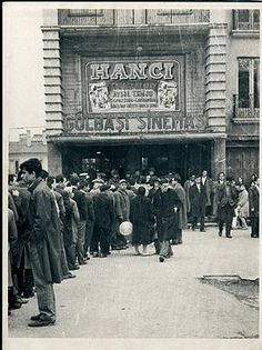 ✿ ❤ Bir Zamanlar Türkiye, GÖLBAŞI SİNEMASI- Bu ne ekmek kuyruğu, ne benzin kuyruğu… Bu sinema kuyruğu… 60' lı yılların başı. Turgut Özatay ve Aysel Tanju' nun başrolünü oynadığı 'Hancı' filmi, Ankara Gölbaşı Sineması' nda kapalı gişe gösteriliyor. Biletler karaborsada...