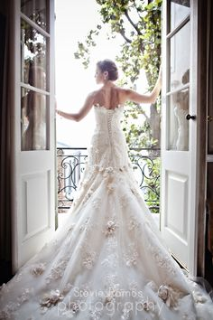 LOVE LOVE LOVE this door shot. Shows so much of the dress off, with perfect lighting!