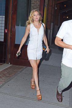 Kate si conosce perfettamente: con un fisico asciutto può permettersi tutto, anche un mini dress con la zip di derivazione anni 90. Unica raccomandazione: lingerie color carne  -cosmopolitan.it