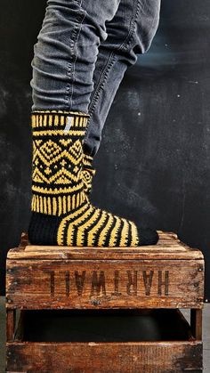 Miesten kirjoneulesukat – katso Jonna Nordströmin ohje | Meillä kotona Wool Socks, Knitting Socks, Fun Projects, Leg Warmers, Mittens, Knit Crochet, Knitting Patterns, Photo Wall, Arts And Crafts