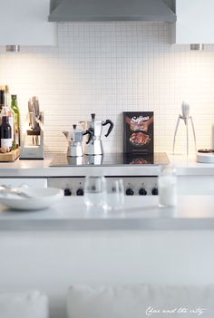 White kitchen: http://divaaniblogit.fi/charandthecity/2014/03/03/avokeittio-esittely/