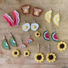 Crochet Jewelry Patterns, Crochet Earrings Pattern, Crochet Accessories, Crochet Designs, Mode Crochet, Diy Crochet, Crochet Crafts, Crochet Projects, Crochet Toys