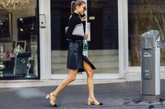 Slingbacks are making a major comeback so today we are sharing a wallet-friendly alternative to the classic Chanel slingback. Street Style Blog, Street Chic, Garance, Chanel Shoes, Mode Inspiration, Fashion Inspiration, Look Chic, Passion For Fashion, Nice Dresses