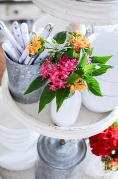 10 MINUTE DECORATING-Decorate your kitchen table for summer in just 10 minutes! Create an easy, breezy vignette to use all summer long!