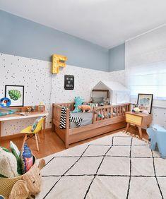 Quarto de menino com nosso lençol FORMIGA CINZA, manta TRICOT P&B, fronha INSETOS GRANDE e para deixar a parede super estilosa, nossos pôsteres HEROES e COSTELA DE ADÃO! Você encontra todos nossos produtos em www.mooui.com.br Projeto: Duda Senna Arquitetura e Decoração