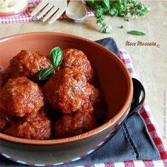 Le polpette al sugo sono uno dei piatti della domenica che preferisco,una tira l'altra, e con il profumato sugo si può preparare un delizioso primo piatto!