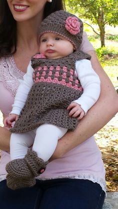 Diy Crafts - Elly in her fall outfit. Crochet Baby Dress Pattern, Crochet Baby Cardigan, Crochet Baby Clothes, Newborn Crochet, Crochet Hats, Baby Girl Patterns, Baby Knitting Patterns, Baby Boy Dress, Baby Sweaters