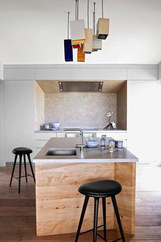 Loin du strass et des yachts qui animent Saint-Tropez, cette maison de vacances joue la douceur épurée et la convivialité. Ici la cuisine © Julien Oppenheim
